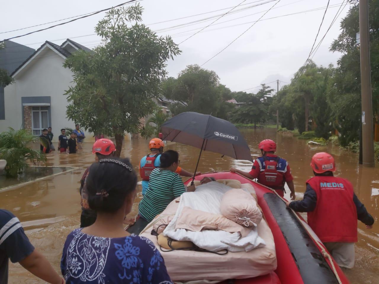 Detik Detik Evakuasi Kakek Penderita Stroke Dari Terjangan Banjir